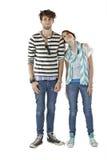 Fille de l'adolescence avec la tête sur l'épaule du garçon de l'adolescence Image stock