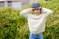 Fille de l'adolescence avec le casque de réalité virtuelle image libre de droits