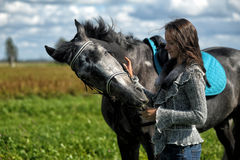 Fille de l'adolescence avec le cheval Photo stock