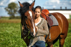 Fille de l'adolescence avec le cheval brun Photos libres de droits
