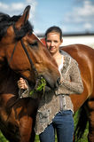 Fille de l'adolescence avec le cheval brun Photo stock