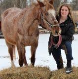 Fille de l'adolescence avec le cheval d'équitation photographie stock libre de droits