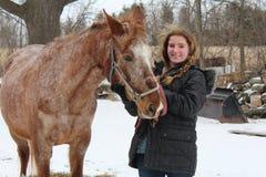 Fille de l'adolescence avec le cheval d'équitation images libres de droits