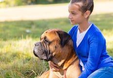 Fille de l'adolescence avec le chien Images libres de droits