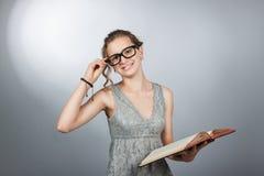 Fille de l'adolescence avec le livre Image libre de droits