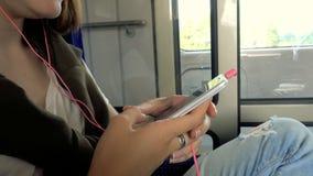 Fille de l'adolescence avec le smartphone au train banque de vidéos