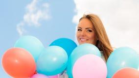 Fille de l'adolescence avec les ballons colorés Photographie stock