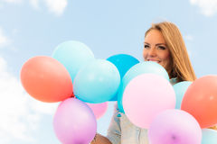 Fille de l'adolescence avec les ballons colorés Photos libres de droits