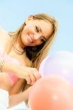 Fille de l'adolescence avec les ballons colorés Photo stock