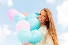 Fille de l'adolescence avec les ballons colorés Photo libre de droits