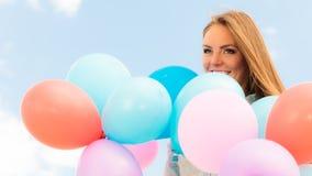 Fille de l'adolescence avec les ballons colorés Image stock