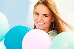 Fille de l'adolescence avec les ballons colorés Image libre de droits