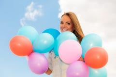 Fille de l'adolescence avec les ballons colorés Photographie stock libre de droits