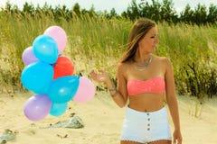 Fille de l'adolescence avec les ballons colorés dehors Photo stock