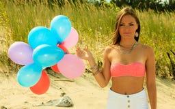 Fille de l'adolescence avec les ballons colorés dehors Image stock
