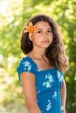 Fille de l'adolescence avec les cheveux foncés bouclés sur la nature Photos stock