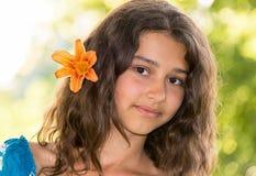Fille de l'adolescence avec les cheveux foncés bouclés sur la nature Photographie stock