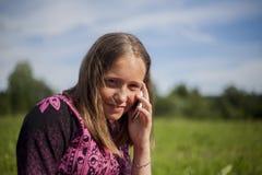 Fille de l'adolescence avec Smartphone extérieur Photo stock