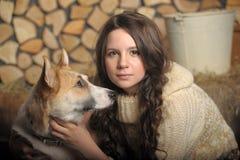 Fille de l'adolescence avec un chien Image libre de droits