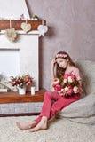 Fille de l'adolescence avec un bouquet des fleurs Photographie stock libre de droits