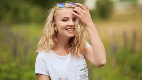 Fille de l'adolescence avec une fleur dans le pré clips vidéos