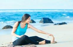 Fille de l'adolescence Biracial s'étirant et s'exerçant sur la plage Photos libres de droits