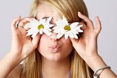 Fille de l'adolescence blonde avec des marguerites Image libre de droits