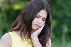 fille de l'adolescence bouleversée tenant une main derrière la tête image libre de droits
