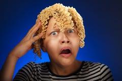 Fille de l'adolescence choquée avec des cheveux de macaronis à la place Photographie stock libre de droits