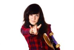 Fille de l'adolescence d'âge avec la planche à roulettes. Photo libre de droits