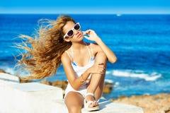 Fille de l'adolescence d'enfant blond sur les longs cheveux bouclés de plage Photographie stock