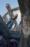 Fille de l'adolescence dans des ruines urbaines Photo libre de droits