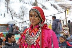 Fille de l'adolescence dans la robe traditionnelle de la vallée de Kullu Photo stock