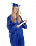 Fille de l'adolescence dans le capuchon et la robe de graduation photo stock