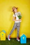Fille de l'adolescence dans le chapeau de paille tenant des fleurs de ressort Photographie stock
