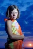 Fille de l'adolescence dans le pareo sur le coucher du soleil Photos libres de droits