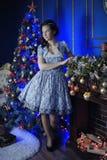 Fille de l'adolescence dans Noël au bel arbre de Noël g Images stock