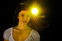 Fille de l'adolescence dans une lueur jaune. Image stock