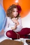 Fille de l'adolescence dans une robe blanche tenant un bouchon de 100 billets d'un dollar Photo stock