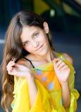 Fille de l'adolescence de beauté en stationnement Photographie stock