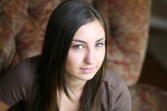 Fille de l'adolescence de Brunette avec des taches de rousseur Images stock