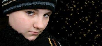Fille de l'adolescence de l'hiver avec des étoiles dans ses yeux image stock