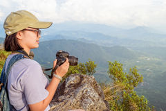 Fille de l'adolescence de randonneur tenant un appareil-photo pour la photographie Photos stock