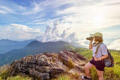 Fille de l'adolescence de randonneur tenant un appareil-photo pour la photographie Image libre de droits