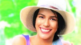 Fille de l'adolescence de sourire avec le chapeau Image libre de droits
