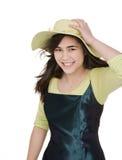 Fille de l'adolescence de sourire dans la robe et le chapeau verts photographie stock libre de droits