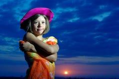 Fille de l'adolescence de sourire dans le pareo sur le coucher du soleil Image stock