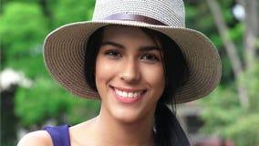 Fille de l'adolescence de sourire heureuse mignonne avec le chapeau Photographie stock