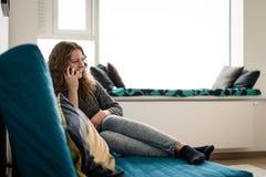 Fille de l'adolescence de sourire parlant sur le mobile Photo libre de droits