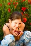 Fille de l'adolescence de verticale avec le pavot Photos stock